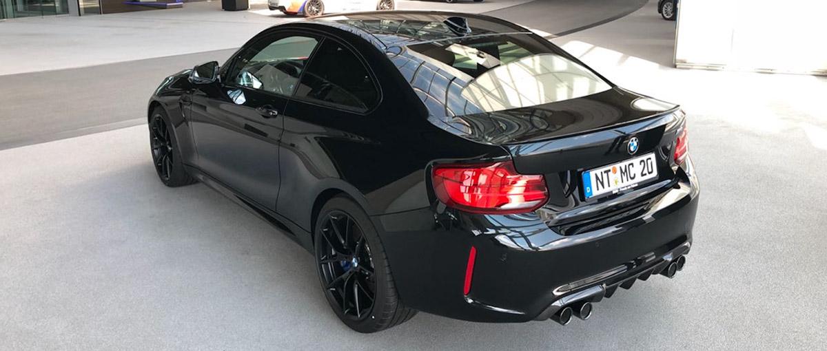 BMW in schwarz von hinten links bei der Autovermietung mach2cars in Stuttgart