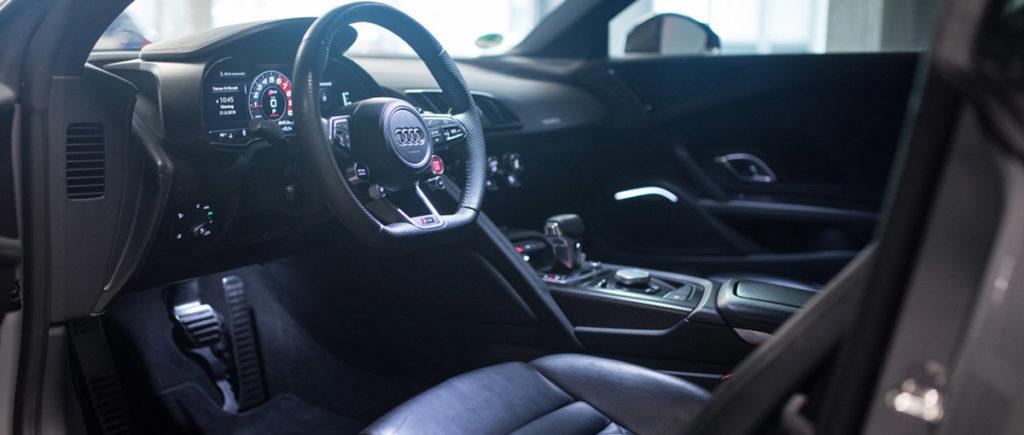 Audi R8 V10 Plus in grau von innen bei der Autovermietung mach2cars in Stuttgart