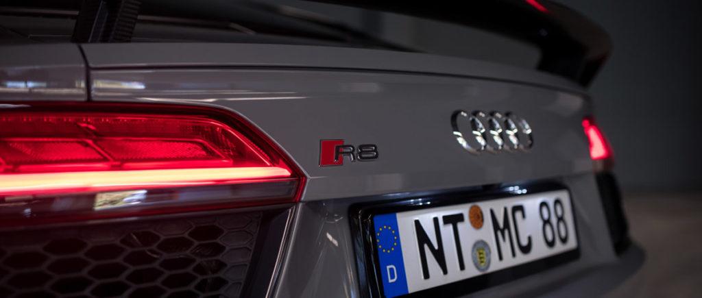 Audi R8 V10 Plus in grau von hinten links bei der Autovermietung mach2cars