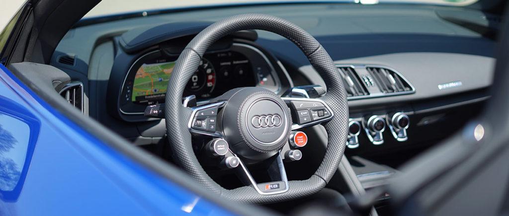 Audi R8 V10 Spyder in blau die Innenausstattung des Autos bei der Autovermietung mach2cars in Stuttgart