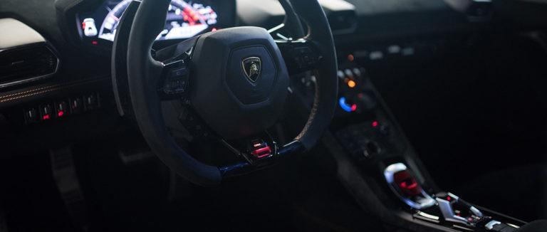 Lamborghini Huracan Performante von innen vom Fahrersitz aus die Sitze in schwarz bei der Autovermietung mach2cars in Stuttgart