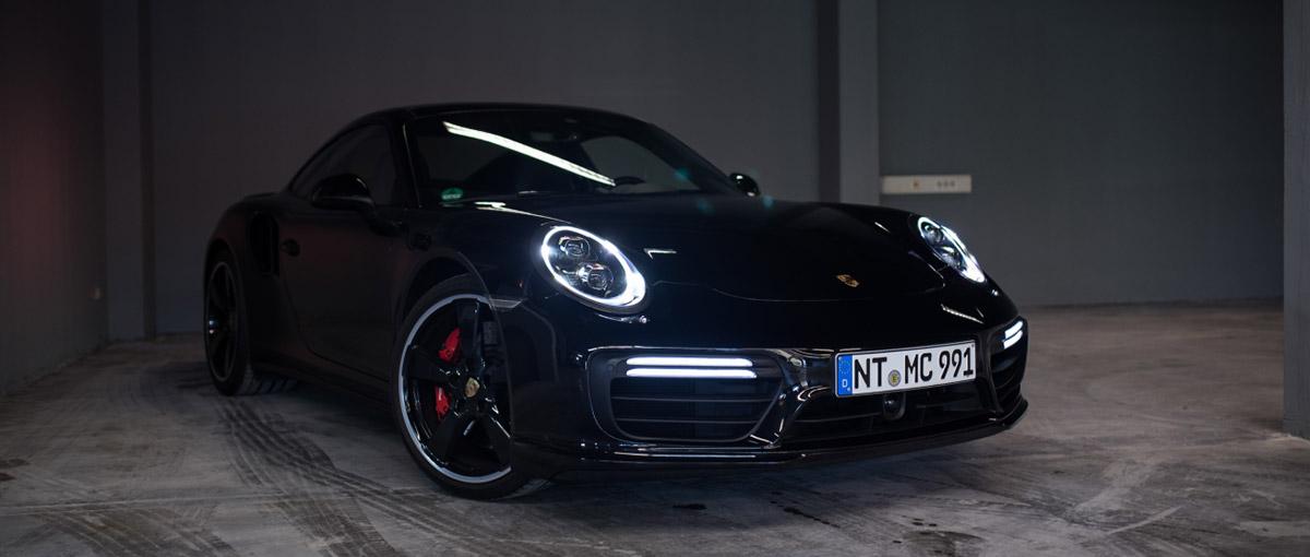 Porsche 911 Turbo in schwarz von vorne rechts bei mach2cars in Stuttgart