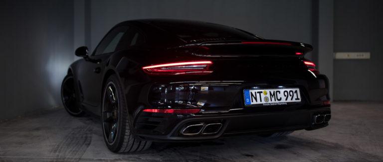 Porsche 911 Turbo in schwarz das Rücklicht fotografiert bei mach2cars in Stuttgart