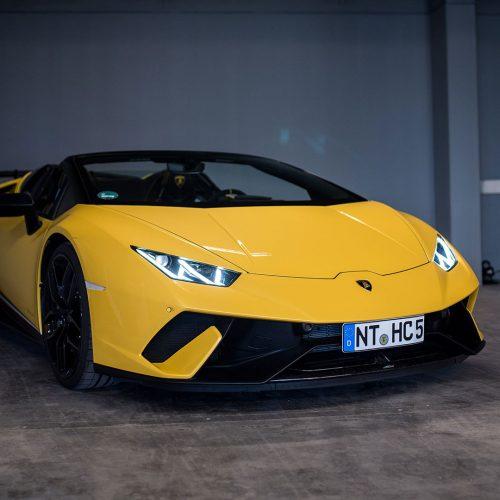 Gelber Lamborghini in der Garage von mach2cars Autovermietung
