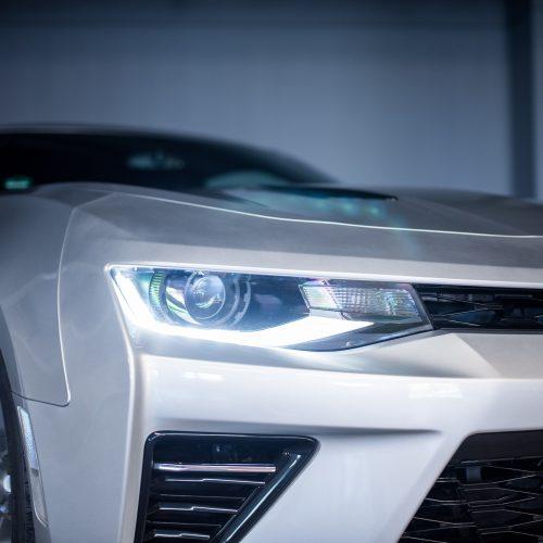 Vorderes Licht eines silbernen Chevrolet Camaro Coupé