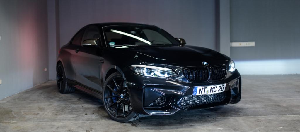 Vordere Ansicht eines schwarzen BMW