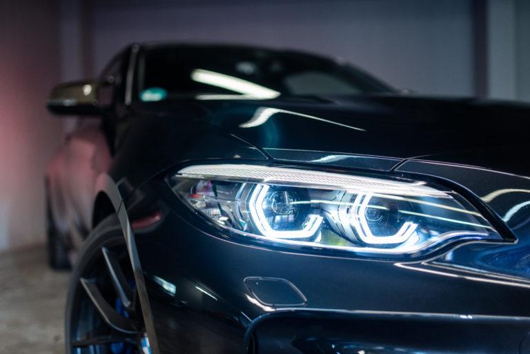 vorderes Autolicht eines schwarzen BMW