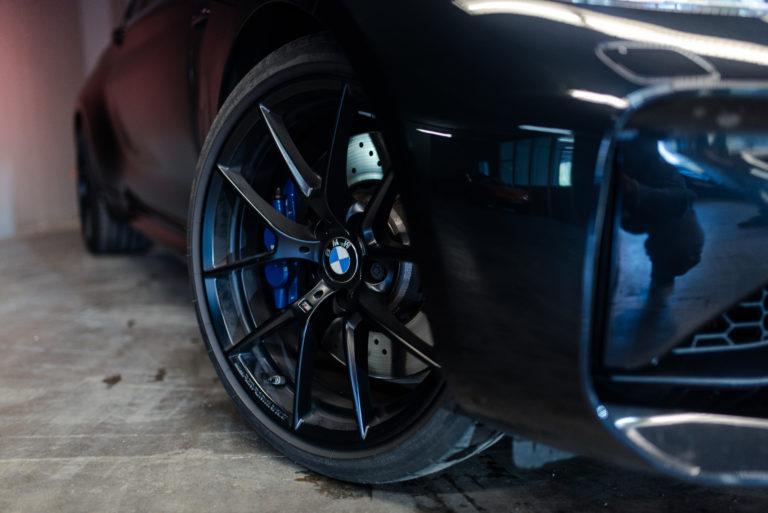 Schwarze Felgen eines BMW von der mach2cars Autovermietung