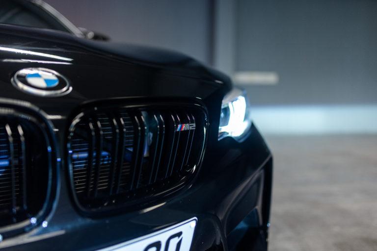 Vordere Ansicht eines BMW in saphirschwarz metallic