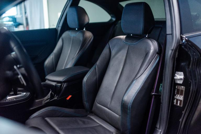 Schwarze Lederausstattung eines BMW von der mach2cars Autovermietung
