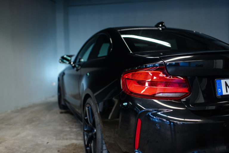 Parkender schwarzer BMW in der mach2cars Garage