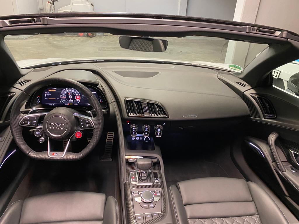 Innenraum eines Audi R8 Spyder V10 Performance