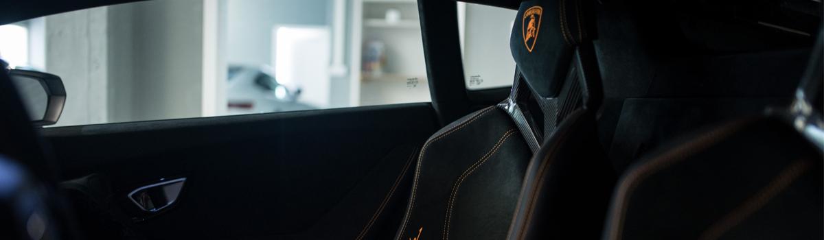 Schwarze Innenausstattung eines Sportwagens